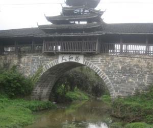 这就是所说的那个村附近的风雨桥,简洁大方,与众不.