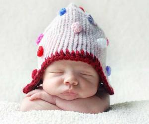 娃娃脸:特蕾西.拉韦尔拍摄戴着小圆点羊毛帽的宝宝.