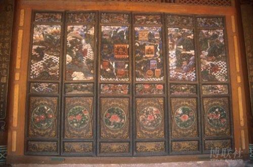 伦堂彩绘木雕门图像