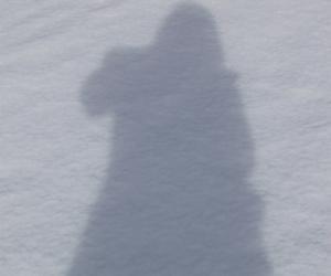 没人替我拍照?照一张自己投在雪地上的身影吧!