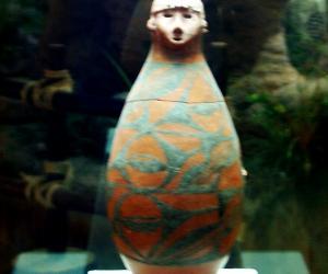 人面彩陶瓶--甘肃博物馆