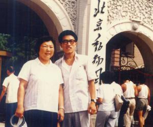 1985年8月,与妈妈在北京动物园留影
