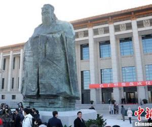 中国国家博物馆前的孔子塑像