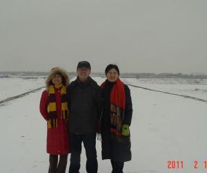 冒雪看风景的不止我们三个,平时不愿照相的老公居然.