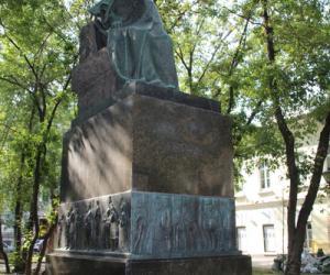 04 果戈理纪念雕像