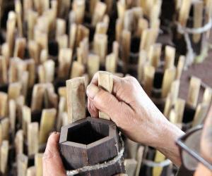 艺人李征春用六块加工后的木板粘合成二胡的音盒