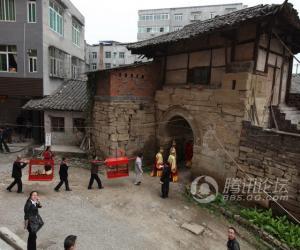 20巡游队伍穿过古镇城门