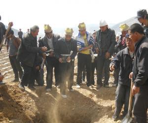 棺材摆正后,孝子开始用衣襟撩土,并要在土中掺和碎馍和钱币,丢入墓中,然后帮忙的人开始填土_1