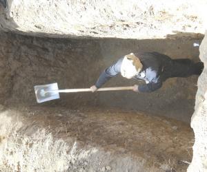 大孝子象征性的在墓穴四角及中间各铲一锨土,就可以下葬了_1