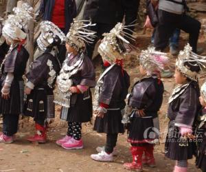 10小女娃儿早就列队等候了