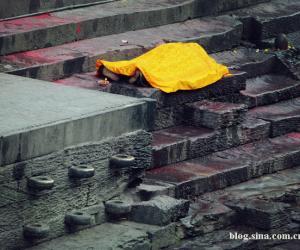 8、另一名死者也停尸在庙门前等待火葬