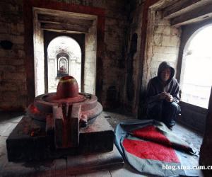 18、庙里帮助装饰死者尸体的设施