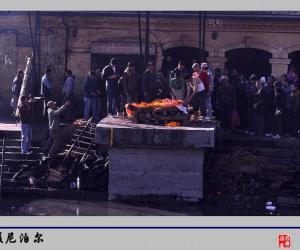 44、火葬台前亲友与逝者告别