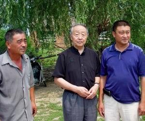 乌丙安在昌图县康家村和村干部在一起商谈新农村建设