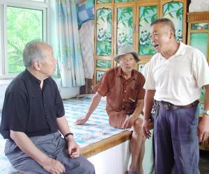 乌丙安和老乡商谈遗产保护