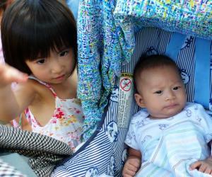 我家3岁二丫头和她74天的小弟。