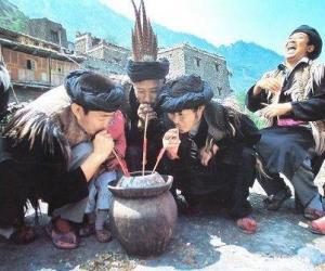 羌族男子共饮咂酒