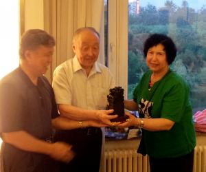 2、刘德龙副会长向乌丙安教授和夫人赠贺礼泰山墨玉