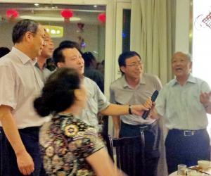 5、晚宴现场朝戈金会长领唱蒙古族民歌
