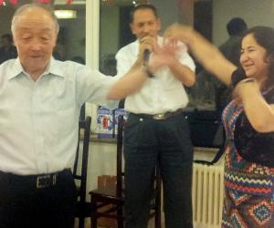 7、阿不力米提教授献歌、热依拉教授请乌老跳新疆舞