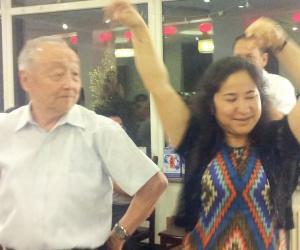 8、热依拉教授和乌教授在跳新疆舞