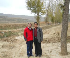 与全国著名彩陶研究专家郞树德教授在马家窑彩陶遗址
