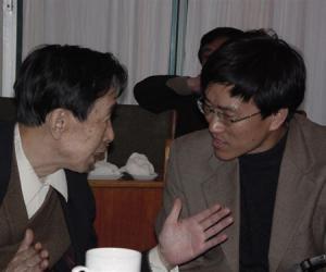 03 万鹏老师在青州山东民俗学会2003年年会 上_副本