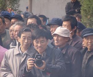 04 与万鹏老师在田野考察中(2008 年,清明节,菏泽.