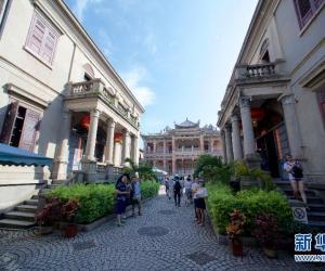 5. 6月26日,游客在鼓浪屿兼具中西文化特征的代表性.