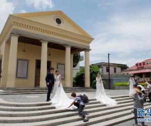 6. 6月26日,鼓浪屿代表性历史建筑协和礼拜堂前几对.