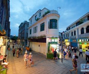 9. 6月27日,游人在鼓浪屿传统街区内游览