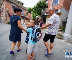 12.  6月28日,鼓浪屿两位孩童在家长的陪伴下前往.