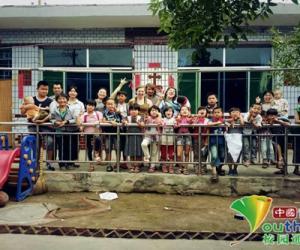 孔妈妈和她的孩子们。中国青年网通讯员 胡娇 摄