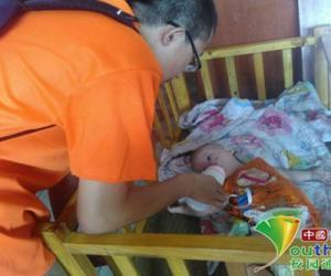 志愿者帮孔妈妈给小婴儿喂奶。中国青年网通讯员 申佳瑾 摄