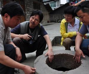 考古专家在考察张家古井
