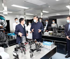 3.在清华大学成像与智能技术实验室同师生们亲切交谈