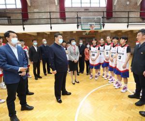 7.在清华大学西体育馆篮球场同校篮球运动员亲切交谈。