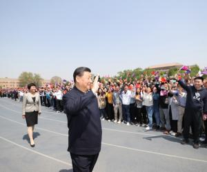 11.离开学校时,同师生们挥手致意。