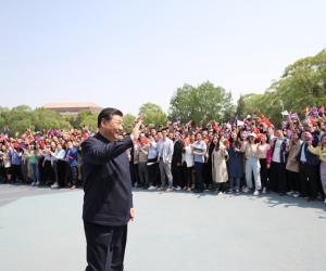 12.离开学校时,同师生们挥手致意。