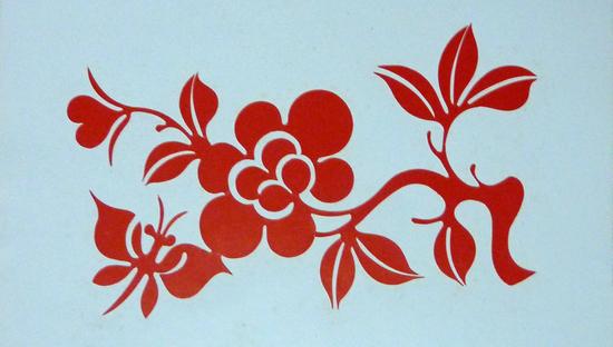 在木制的窗格子上贴上花草动物纹样的剪纸,象征着新的一年开始,也是